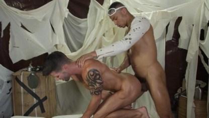 Арабский гей позаботился об изможденном путнике и трахнул его в задницу