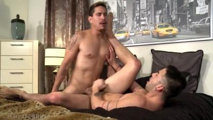 Беседа двух геев превратился в безукоризненную анальную еблю на кровати