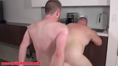 Два волосатых толстяка проводят свой досуг за жесткой анальной еблей