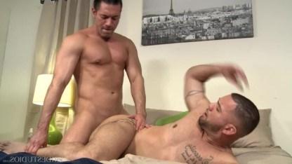 Два зрелых гея вдвоем проводили выходные и решили страстно потрахаться в попку