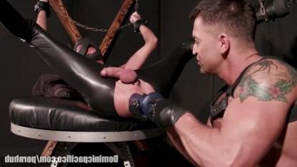 Геи пробуют жесткий БДСМ и связанный раб получает нереально жесткий фистинг