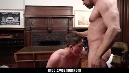 Молодой гей с сексуальным задом отдал себя мужику в пользование
