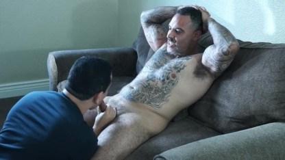 Молодой и страстный сыночек делает отличный минет зрелому отцу гею