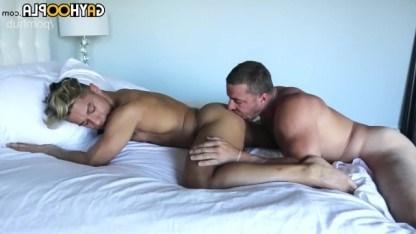 Молодой красавчик совращает подкачанного гея и трахается с ним в анал