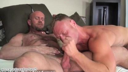 Мужчина чувствует тягу к члену друга и скачет на нем очень упрямо