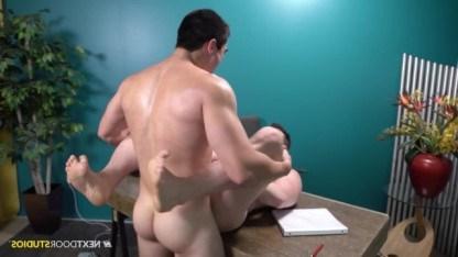 Начальник отругал подчиненного и выебал его в упругую задницу