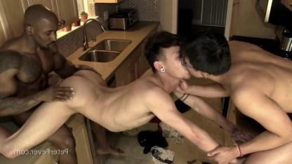 Негр гей развлекает двух молодых азиатов жестким однополым сексом на кухне