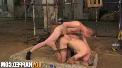 Озабоченный гей привез молодого паренька на заброшенный склад и выебал в анал