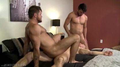 Озорной гей John Magnum пригласил в гости пару геев, чтобы устроить групповуху