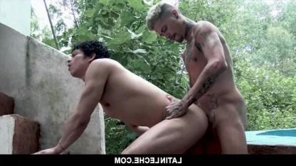 Парень влюбился в татуированного гея и весь день ждал его на улице для ебли