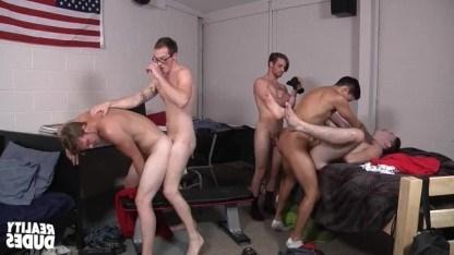 Парни хвастаются своими мышцами и в групповухе страстно ебутся