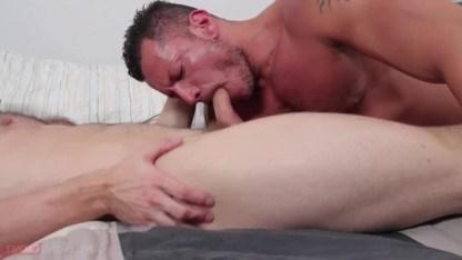 Перед сексом зрелый гей облизывает ноги партнера, надевшего чулки