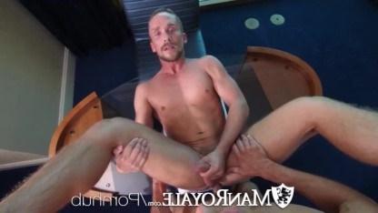 После слюнявого отсоса гей получил анилингус и большой хуй в анал
