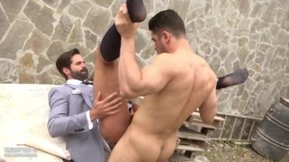 Простой парнишка нагнул зрелого бизнесмена на улице и трахнул его большим членом