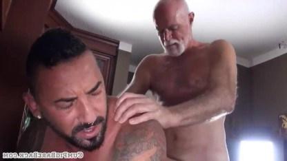 Смакует ротиком хуй зрелого гея и подставляет ему упругий зад