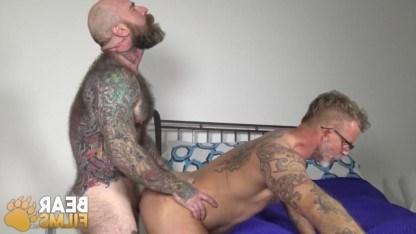 Татуированный гей нагнул зрелого пассива раком и с душой отдолбил в задницу