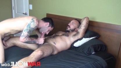 Татуированный качок Alessio Romero трахает гея с небритой попкой