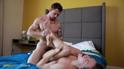Татуированный качок устроил молодому пассивному гею сеанс отличной ебли в попец