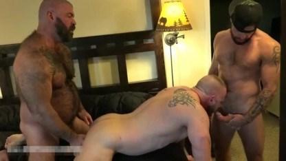 Толстяки заманили раскрепощенного мужика в гости и сделали ему двойной анал
