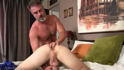 Толстый отец наказал сына анальным сексом и превратил его в похотливого гея
