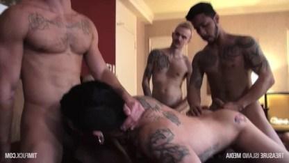 Три страстных парня раздели покорного пассива и пустили его задницу по кругу