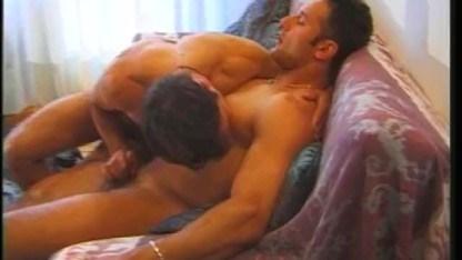 Во время медового месяца молодые геи страстно сосут друг другу член