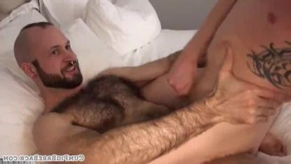 Волосатые геи наслаждаются друг другом в постели и неистово трахаются в задницу