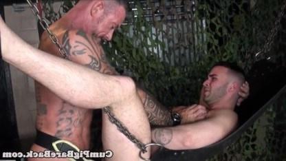 Волосатый гей подвесил пассива на качели и старательно оттрахал в задницу