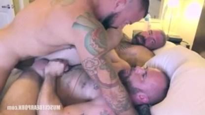 Взрослые геи перетрахали друг друга и засадили волосатому другу