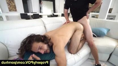 Хозяин квартиры трахает волосатого гея в задницу, чтобы получить от него долг