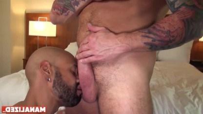 Зрелому гею захотелось попробовать секс с негром и он отдался чуваку в анал
