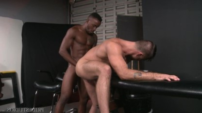 Зрелые геи Phoenix Fellington и Jack Andy дрочили друг на друга хуи перед сексом