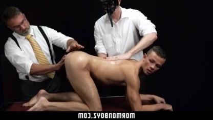 Зрелые геи принимают парня в свою секту и изучают его анальную выносливость