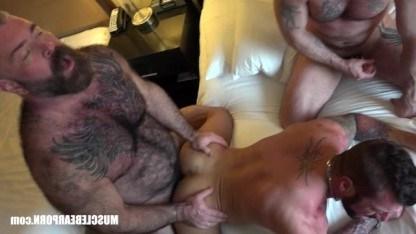 Зрелые геи вместо тренировки качают члены в процессе секса
