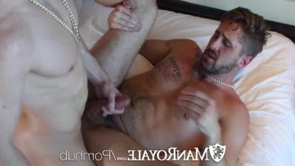 Зрелые геи закрылись в комнате во время вечеринки, ради анального секса