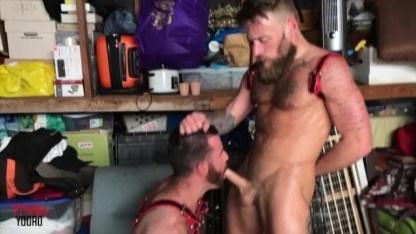 Зрелые и волосатые геи спрятались в подсобке, чтобы жестко потрахаться в задницу