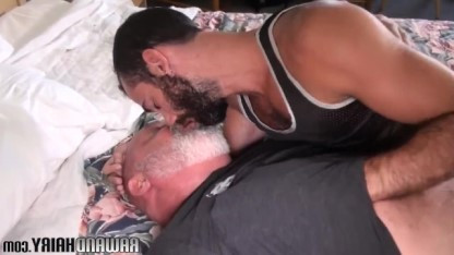 Зрелый гей нашел применение своему члену и засунул его в волосатый зад парня