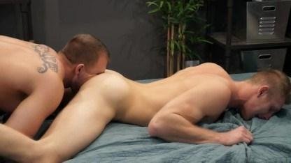 Зрелый гей пораньше вернулся с тренировок чтобы выебать молодого любовника в зад